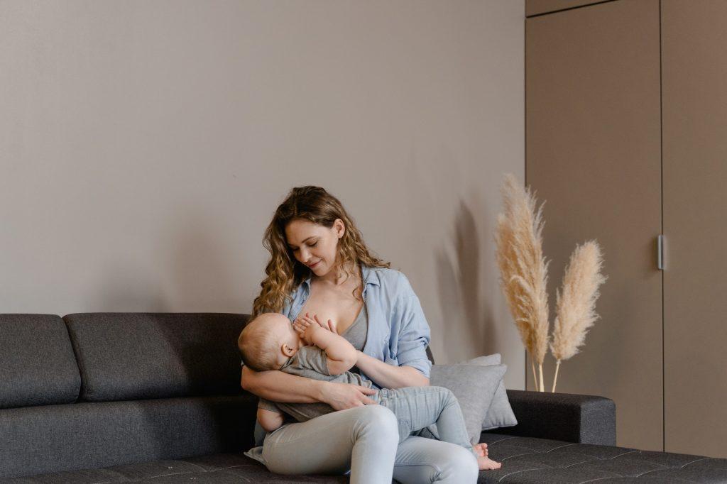 Materino mleko je naravna superhrana s številnimi presenetljivimi zmožnostmi in dobrimi vplivi na dojenčka.