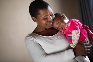5 aktivnosti za okrepitev odnosa z vašim otrokom vam ponuja ljubezniv način, kako otroku pomagati pri zdravem razvoju možganov