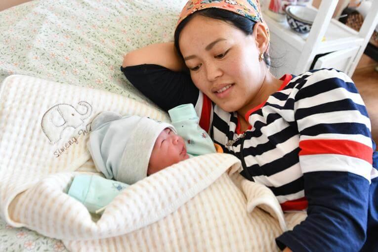 Materinstvo s seboj prinaša spremembe. Prvi dnevi skupnega življenja bodo polni izzivov in priložnosti za spoznavanje z dojenčkom.