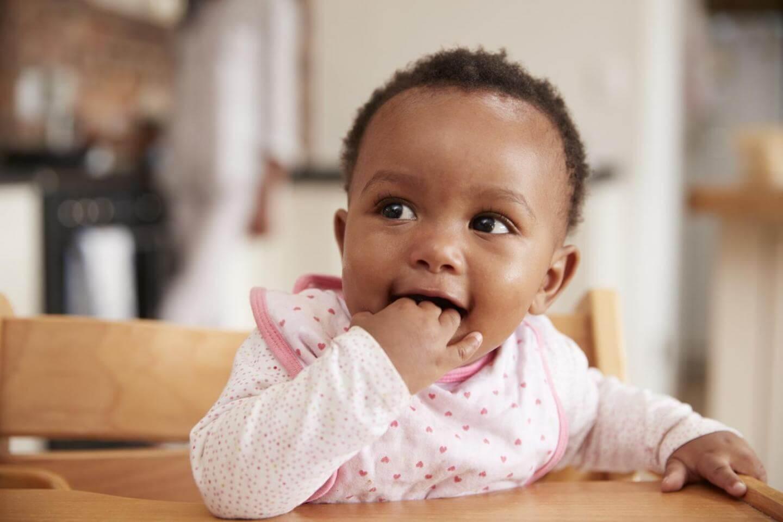 Uvajanje črvste hrane: dojenčkove roke ob ustih so običajen znak vašega dojenčka, da želi jesti