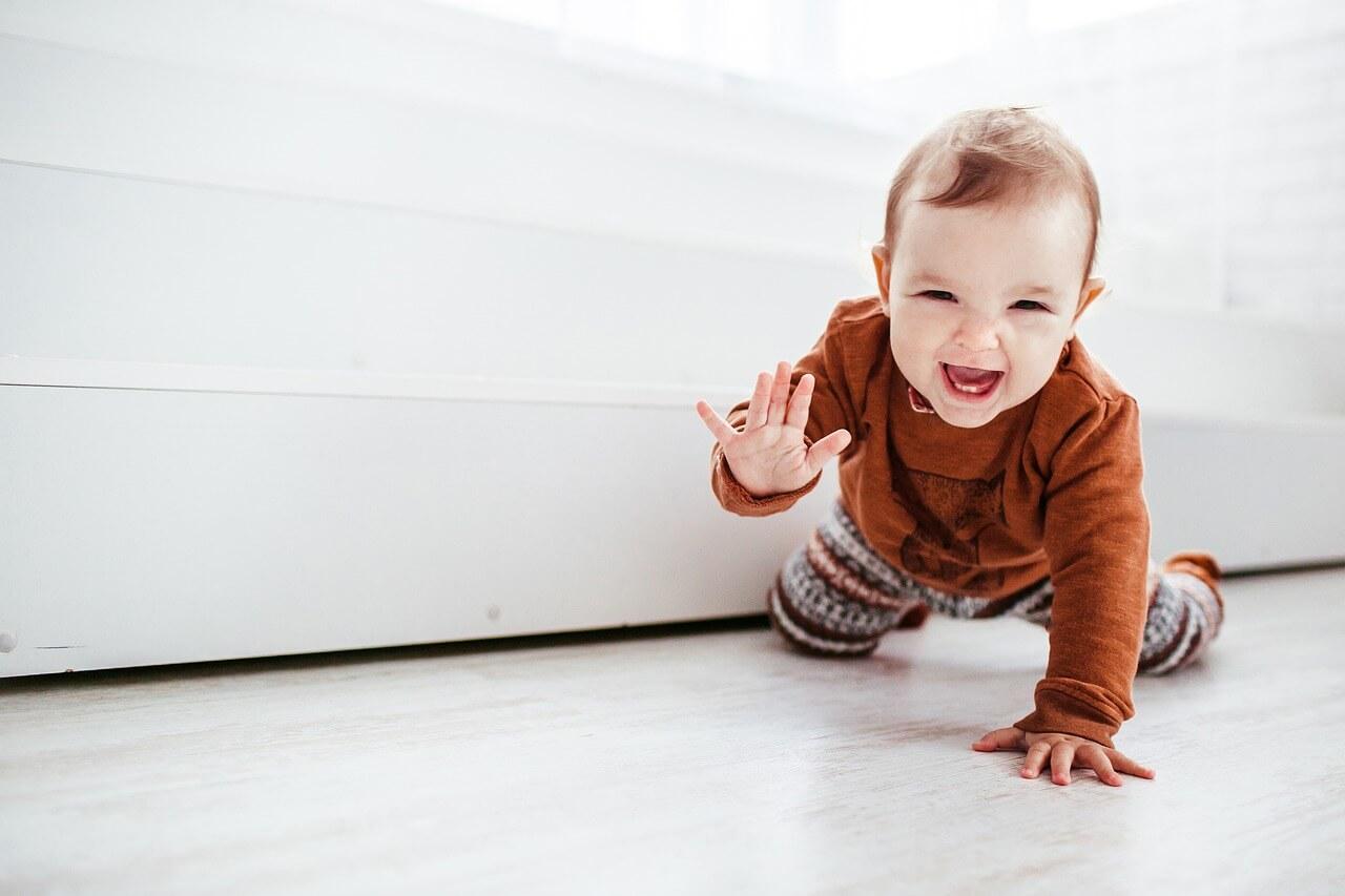 Pomembni mejniki v razvoju se razlikujejo iz meseca v mesec - kako bo otrok rastel, se učil, sporazumeval in spreminjal.