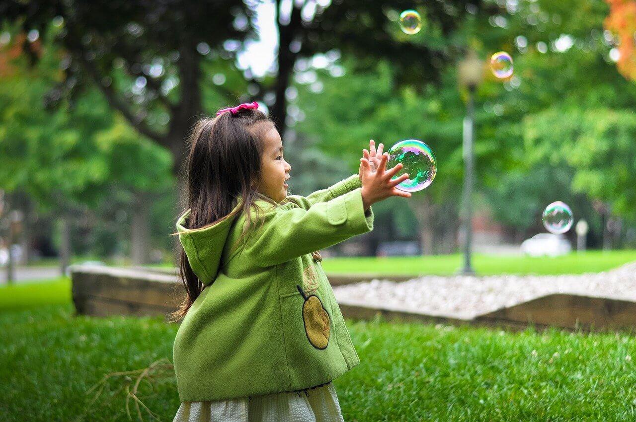 Pomembni mejniki v razvoju vašega otroka se razlikujejo iz meseca v mesec - kako bo rastel, se učil, sporazumeval in spreminjal.