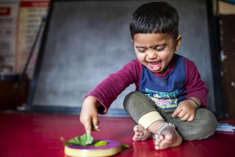 Igranje otroku ne predstavlja samo zabavanja, ampak je temeljni način učenja. Samostojna igra pomaga pri razvoju otrokovih možganov.