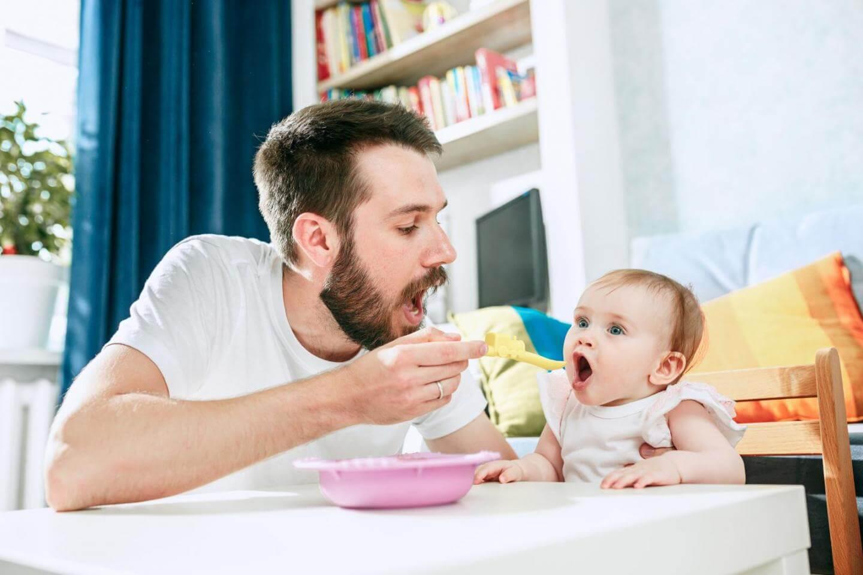 Med šestim in dvanajstim mesecem majhni otroci vsak dan potrebujejo veliko hranljivih snovi, da se pravilno razvijajo, so močni in pametni