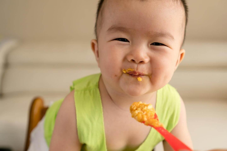 Pri enem letu se otroci začnejo učiti samostojnega hranjenja. Zdaj lahko uživajo enako hrano kot odrasli