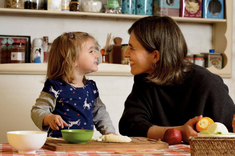 Aktivnosti za razvoj možganov so lahko tudi zabavne. Tukaj je pet ustvarjalnih načinov igranja med obrokom, ki spodbujajo razvoj možganov.