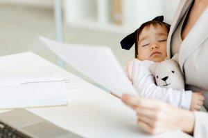 Od izčrpavanja mleka v službi do iskanja varstva za vašega otroka – nasveti za vse mamice ob vrnitvi v službo po porodniškem dopustu